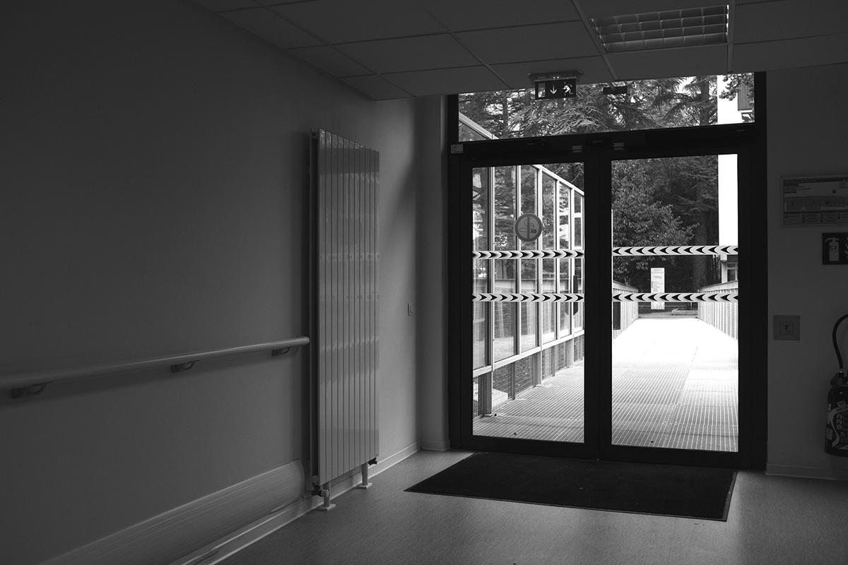 Couloir d'hôpital. Pour exercer leur mission, les établissements psychiatriques doivent se voir garanti un personnel en nombre suffisant. Saly Bechsin/Flickr, CC BY-NC-ND