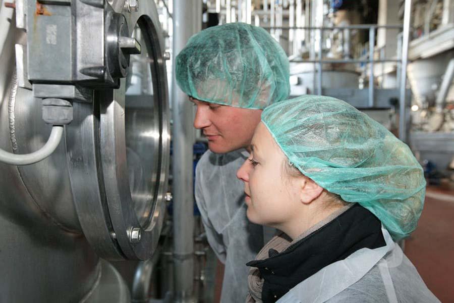 Jeunes Allemands dans une usine du Martin Bauer Group (phytopharmacie et tisanes) près de Nuremberg. Campus of Excellence/Flickr, CC BY-ND