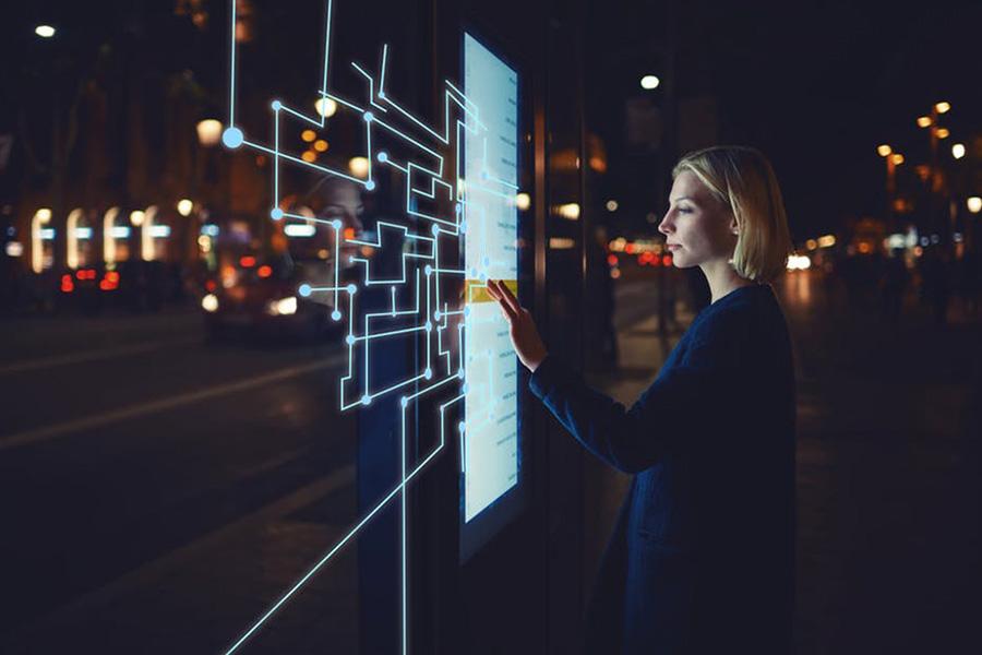 La transition numérique recouvre de multiples enjeux, de questions logistiques à des enjeux de formation notamment. Shutterstock