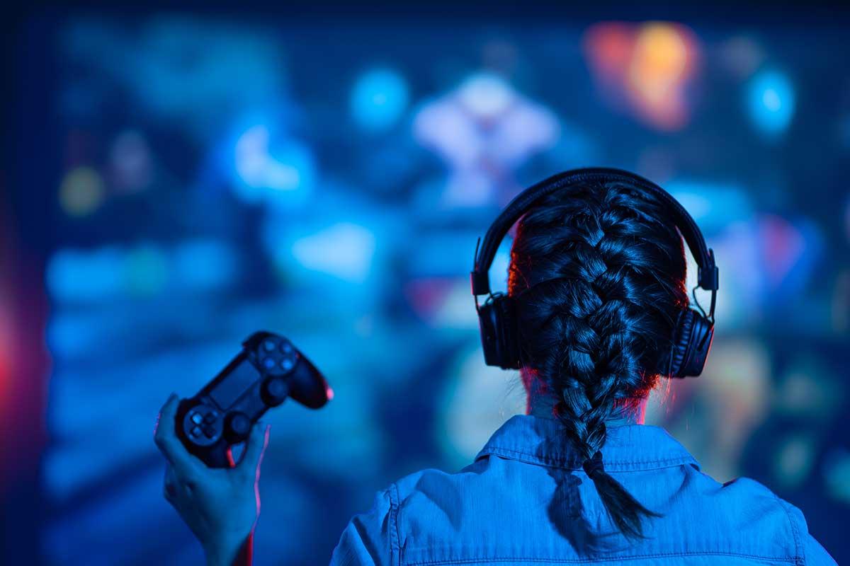 Fille jouant à des jeux vidéos