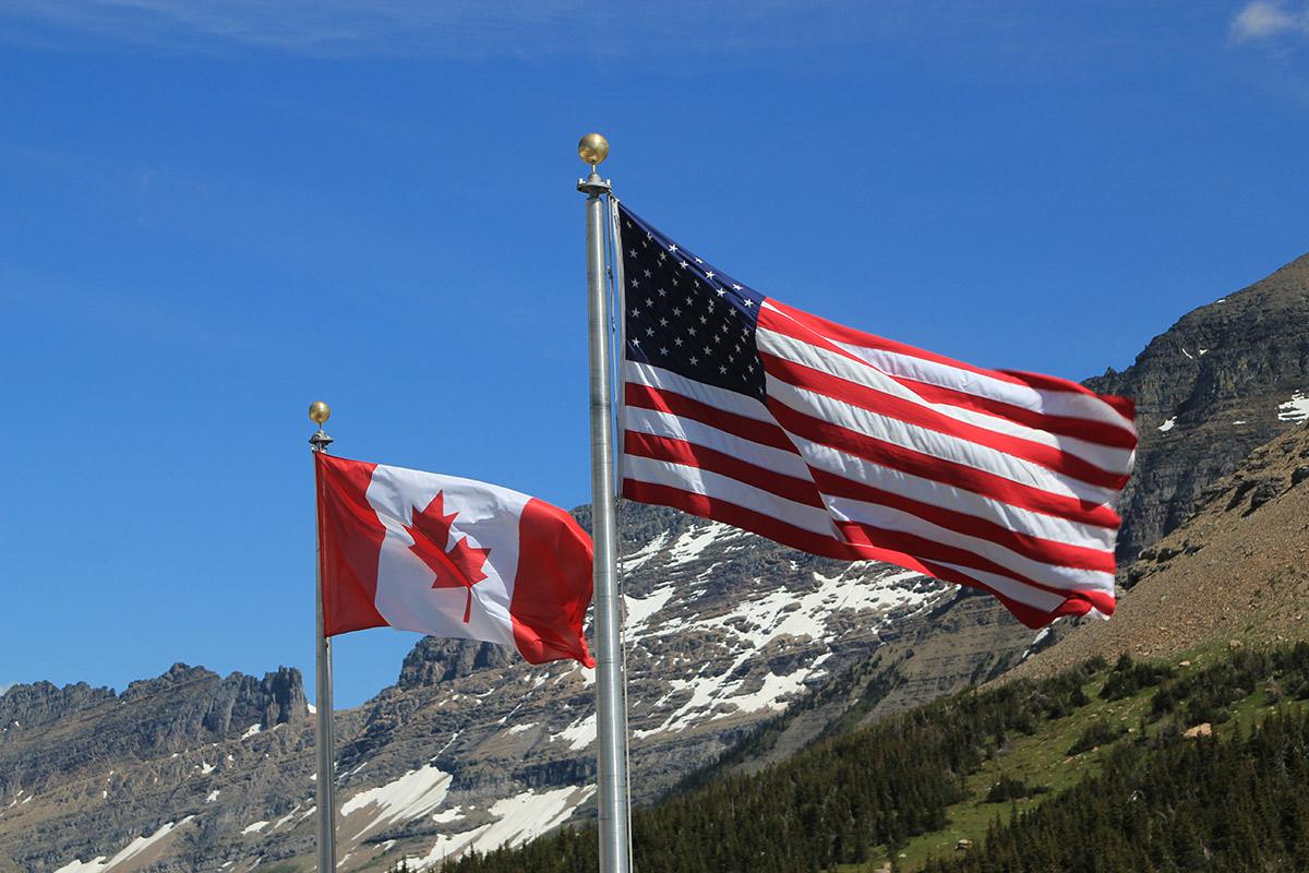Drapeaux à la frontière USA-Canada