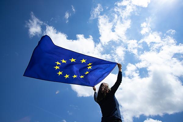 Jeune fille tenant le drapeau de l'Union européenne